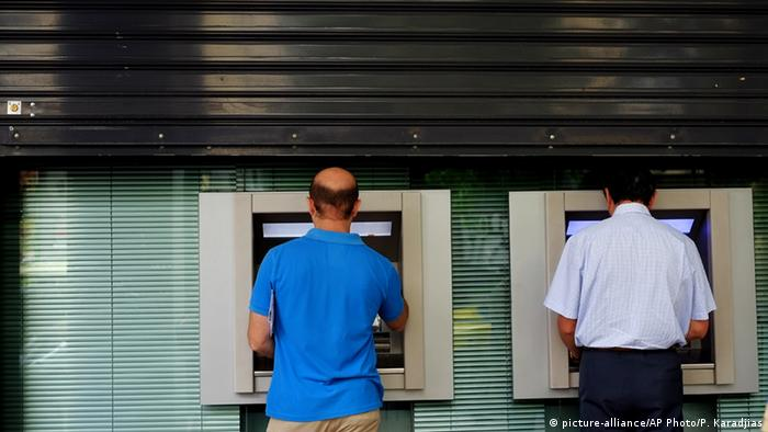 Greeks using ATM machines (picture-alliance/AP Photo/P. Karadjias)