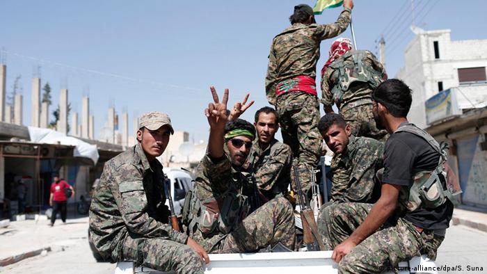 Kurdische Kämpfer der YPG in Tell Abjad (Archivbild: EPA/SEDAT SUNA)