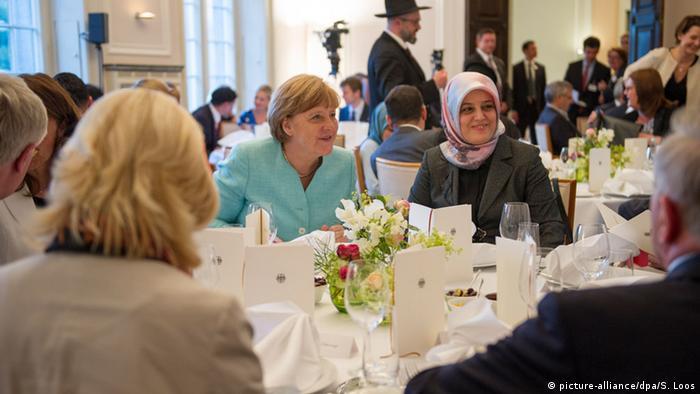 Internetom kruži neistinita vijest da je Merkel gastronome oslobodila poreza kako bi muslimani za vrijeme ramazana mogli jeftinije jesti