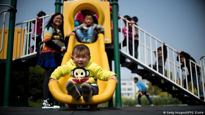 Crianças brincam em escorregador na China