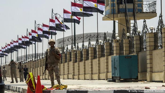 Ägyptische Soldaten stehen während des Begräbnisses von Generalstaatsanwalt Hischam Barakat vor dem Platz der Marshal Hussein Tantawi Mosque (Foto: KHALED DESOUKI/AFP/Getty Images)