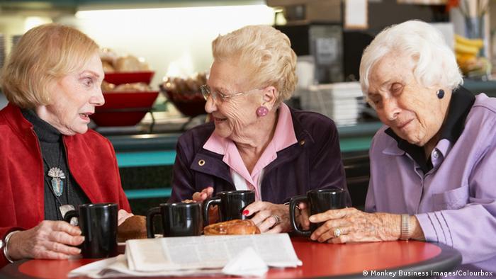 Ältere Damen trinken Tee