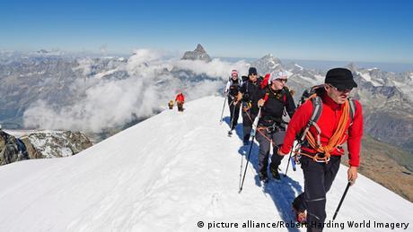 Schweiz Matterhorn Alpinismus Breithorn mit Matterhorn im Hintergrund