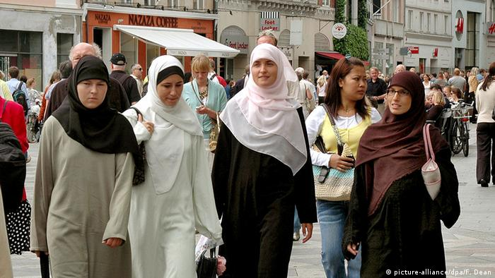 Symbolbild Frauen Islam Kopftuch Migranten in Europa (picture-alliance/dpa/F. Dean)