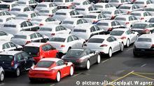 ARCHIV - Neufahrzeuge verschiedener deutscher Marken stehen am 19.02.2014 in Emden (Niedersachsen) auf dem Autoterminal im Hafen, direkt am VW-Werk. Südkorea hat sich aus Branchensicht als Markt für Oberklasse-Modelle etabliert, von dem vor allem die deutschen Hersteller profitieren. Foto: Ingo Wagner/dpa (zu dpa «Südkorea als Markt für deutsche Oberklasse-Autos immer wichtiger» vom 02.04.2015) +++(c) dpa - Bildfunk+++