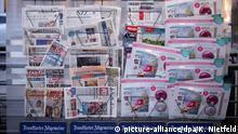 Zeitungen sind am 24.02.2015 in Berlin-Friedenau an einem Kiosk zu sehen. Der Bundesverband Deutscher Zeitungsverleger stellt am 25.02.2015 eine Trendumfrage zur Zeitungsbranche 2015 vor. Foto: Kay Nietfeld/dpa