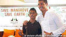 Indonesien Fußballtalent Martunis & Cristiano Ronaldo (picture-alliance/AP Photo/F. Lisnawati)