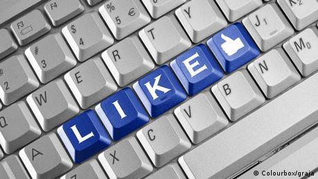 Eine Computer-Tastatur mit blau markierten Tasten L, I, K, E sowie dem Facebook-Daumen.
