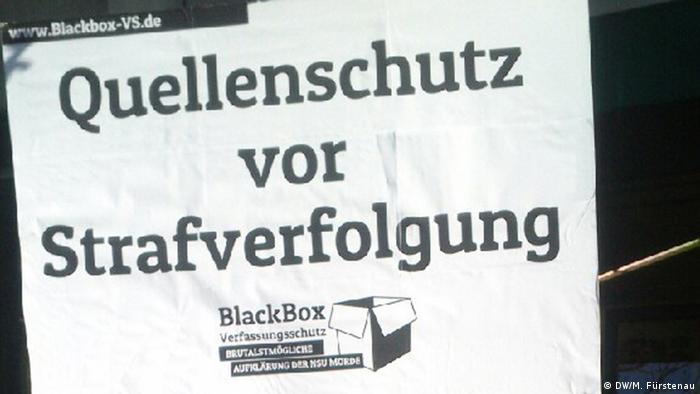 Quellenschutz vor Strafverfolgung steht auf einem Protestplakat vor dem Oberlandesgericht in München, wo der NSU-Prozess stattfindet