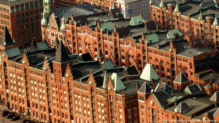 Ein Blick von oben auf die roten Lagerhäuser der Hamburger Speicherstadt