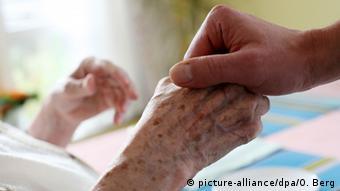 Το δικαίωμα να επιλέγουν βαριά ασθενείς την ευθανασία ως αξιοπρεπή θάνατο αναγνωρίζει το Συνταγματικό Δικαστήριο της Καρλσρούης