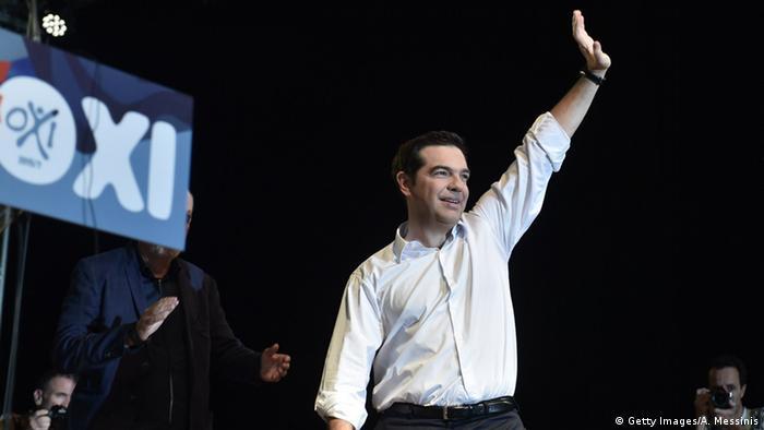 Алексис Ципрас на митинге 3 июля в Афинах с плакатом Нет на заднем плане