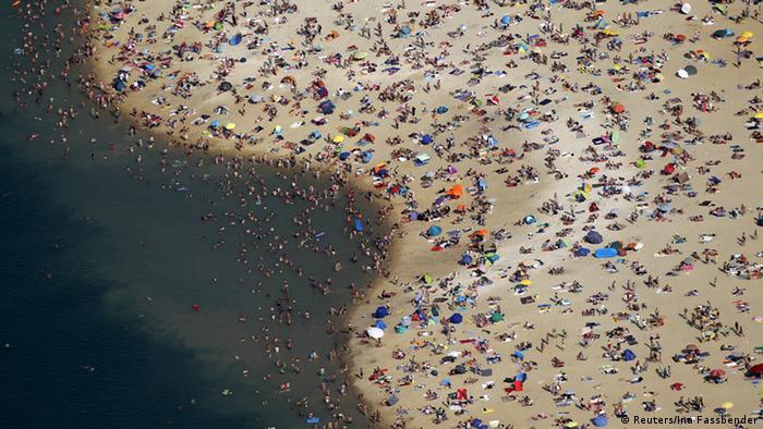 Wetter Symboldbild Hitze Silbersee Schwimmen See (Reuters/Ina Fassbender)
