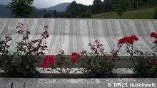 Titel: Srebrenica-Gedenkstätte Unterschrift: Das Hauptdenkmal und der Friedhof für den Opfer von Genozid aus Srebrenica liegen in Potocari. Foto: DW/Samir Huseinovic