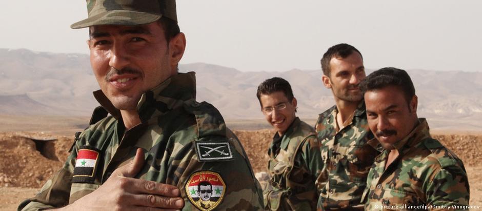 Soldado do Exército nacional ostenta retrato de Assad no uniforme