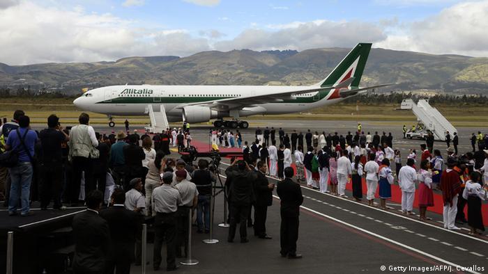 Papst Franziskus in Ecuador gelandet (Getty Images/AFP/J. Cevallos)