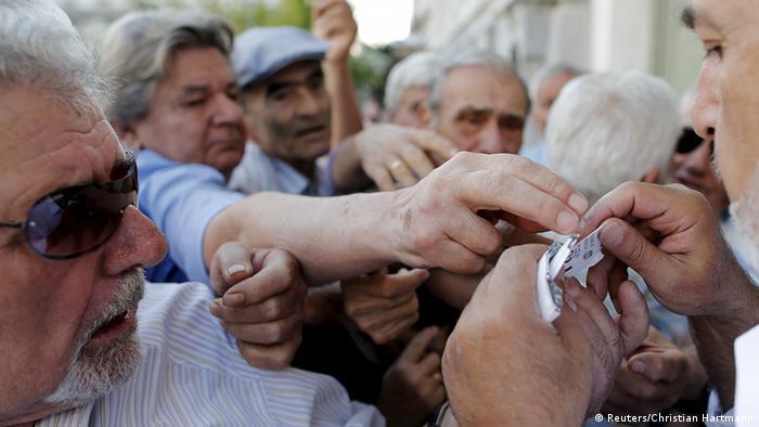 Griechenland wütende Rentner vor National Bank Athen (Reuters/Christian Hartmann)