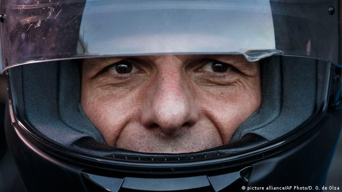 Yanis Varoufakis wearing a motorbike helmet (Symbolbild)