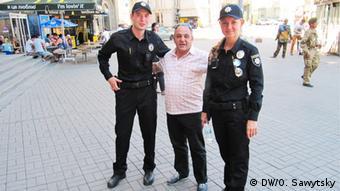 Сотрудники полиции и житель Киева