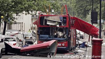 Eine Bombe zerstörte diesen Doppeldeckerbus bei den Terroranschlägen 2005 in London. (Foto: dpa)