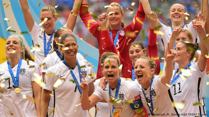 هفتمین دوره از مسابقات جام جهانی فوتبال زنان در سال ۲۰۱۵ در کانادا برگزار شد. تیم ملی فوتبال زنان آمریکا (تصویر) که از مدعیان قهرمانی محسوب میشد، توانست در نبرد پایانی تیم ملی فوتبال زنان ژاپن را ۵ بر ۲ شکست دهد و برای سومین بار قهرمان جهان شود.