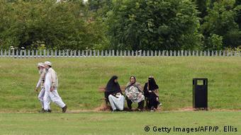 Symbolbild Muslimische Mütter sitzen auf einer Bank (Foto: dpa)