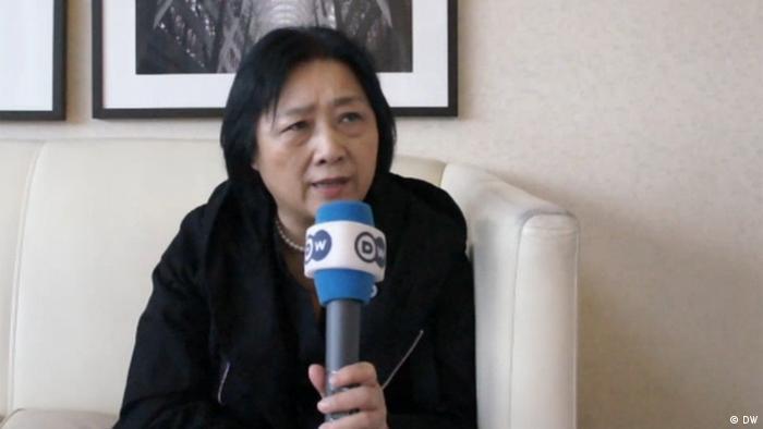 """Periodistas disidentes, blogueros y activistas viven en China bajo una gran presión. Gao Yu, exreportera de DW, fue detenida en 2014 y condenada en abril de 2015 a siete años de prisión por supuesta """"filtración de secretos de Estado"""". Bajo la presión internacional se le permitió salir de la cárcel y está cumple su condena bajo arresto domiciliario."""