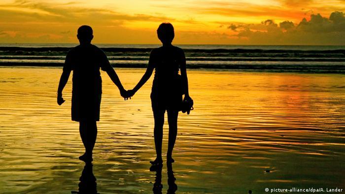 Bali Sonnenuntergang (picture-alliance/dpa/A. Lander)