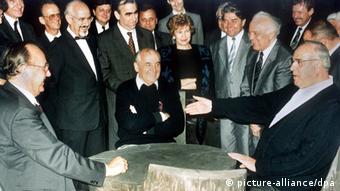 Χαρακτηριστική φωτογραφία του Γκορμπατσόφ με τον Χελμουτ Κολ και αριστερά τον Χανς Ντίτριχ Γκένσερ στον Καύκασο σχεδιάζοντας τη Γερμανική Επανένωση