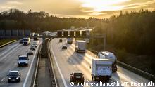 An autobahn at dusk (picture-alliance/dpa/T. Eisenhuth)