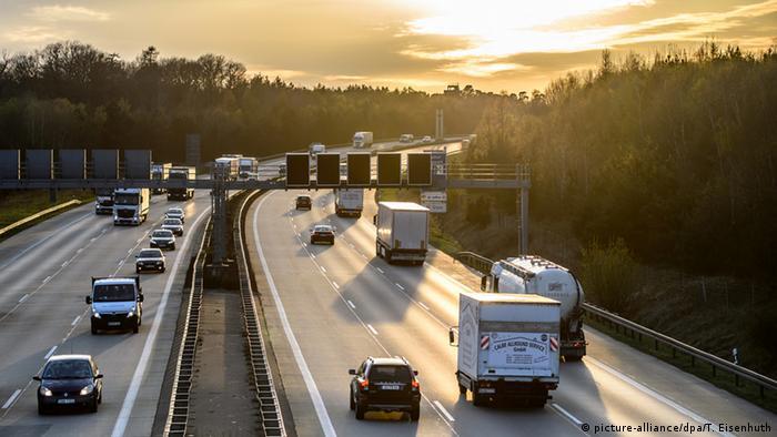 Eine deutsche Autobahn im Sonnenuntergang