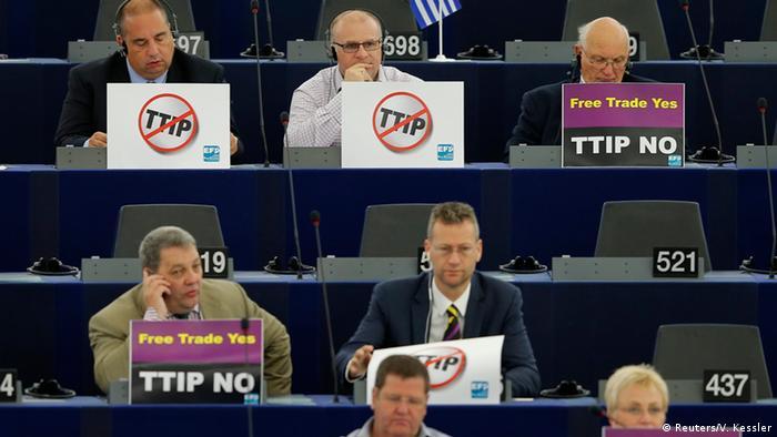 EU-Abgeordnete im EU-Parlament in Straßburg mit Nein-Schildern gegen TTIP (Foto: reuters)