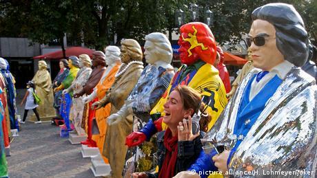 Várias estátuas coloridas representando Beethoven enfileiradas