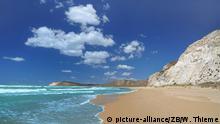 Kilometerlange fast menschenleere Sandstrände und weiße Klippen mit bizarren Gipsgesteinformationen prägen das Bild am afrikanischen Meer im Süden Siziliens zwischen Eraclea Minoa und dem Torre Salsa. Sizilien (italienisch und sizilianisch Sicilia, früher Trinakria) ist mit 25.426 km² die größte Insel im Mittelmeer. Die Küstenlänge beträgt 1152 Kilometer. Gemeinsam mit einigen ihr vorgelagerten kleineren Inseln bildet sie die Autonome Region Sizilien der Republik Italien.Die Insel Sizilien liegt südwestlich vor der _Stiefelspitze_ Italiens und ist der Überrest einer Landbrücke, die einst Europa und Afrika verband. Das geographisch markanteste Merkmal der Insel ist der Vulkan Ätna. Die größten Städte sind Palermo, auch Hauptstadt der Autonomen Region Sizilien, Catania, Messina und Syrakus. Touristische Hauptziele sind Taormina im Südosten der Insel, die antiken Städte um Segesta, das Tal der Tempel bei Agrigent im Süden, die Villa Romana del Casale bei Piazza Armerina im Landesinneren, die zahlreichen Nationalparks, wie das Ätnagebiet oder der Zingaro-Nationalpark bei San Vito lo Capo im Nordwesten Siziliens. Foto: Wolfgang Thieme