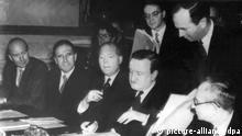 ARCHIV - Hermann Josef Abs (M), der Leiter der Kreditanstalt für Wiederaufbau, bei der Unterzeichnung. Am 27. Februar 1953 wurden in London die Verträge zur Regelung der deutschen Auslandsschulden unterzeichnet. Nach dem Ende des Zweiten Weltkrieges verhandelt Deutschland über die Rückzahlung von Schulden - unter anderem mit Griechenland. Deutschland erklärt sich am Ende in dem mit 20 Staaten geschlossenen Londoner Schuldenabkommen bereit, einen Teil der Vorkriegsschulden zu übernehmen und die nach dem Krieg entstandenen Verbindlichkeiten teilweise zurückzuzahlen. Foto: dpa (zu dpa:Erlassene Schulden für Deutschland und Griechenland vom 16.06.2015) +++(c) dpa - Bildfunk+++