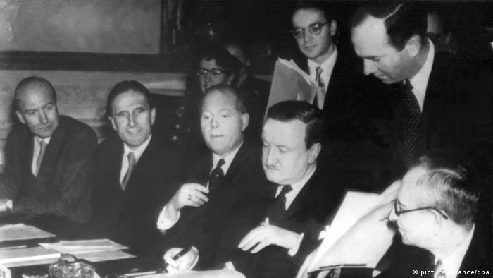 Delegația germană, condusă de Hermann Josef Abs, semnează la Londra la 27 februarie 1953, un acord de reeșalonare a datoriilor Germaniei