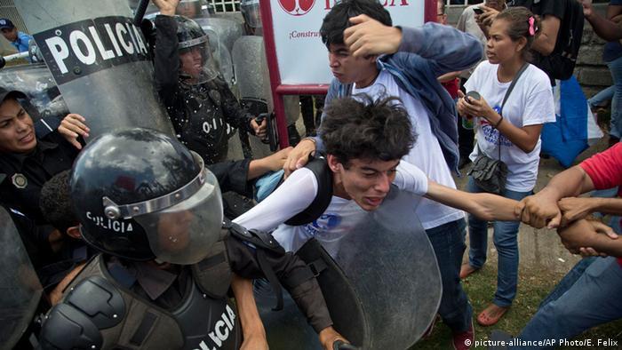 Nicaragua Gewalt bei einer Oppositionellen-Demo in Managua 08.07.2015 (picture-alliance/AP Photo/E. Felix)