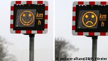 Auf einem elektronischen Geschwindigkeitswarngerät, das an der Bundesstraße 71 bei Haldensleben steht, wird mit einem lachenden (l) oder einen traurigen Smiley über die Einhaltung der vorgegebenen Geschwindigkeit informiert (Kombo), aufgenommen am 13.01.2006. Ist das Fahrzeug zu schnell, macht der Smiley ein trauriges Gesicht. In Sachsen-Anhalt sollen jetzt 12 dieser Geräte an Unfallschwerpunkten aufgestellt werden. Im Jahr 2005 sind bei Unfällen auf den Straßen von Sachsen-Anhalt 243 Personen getötet und 2.984 schwerverletzt worden. Foto: Peter Förster/lah +++(c) dpa - Report+++