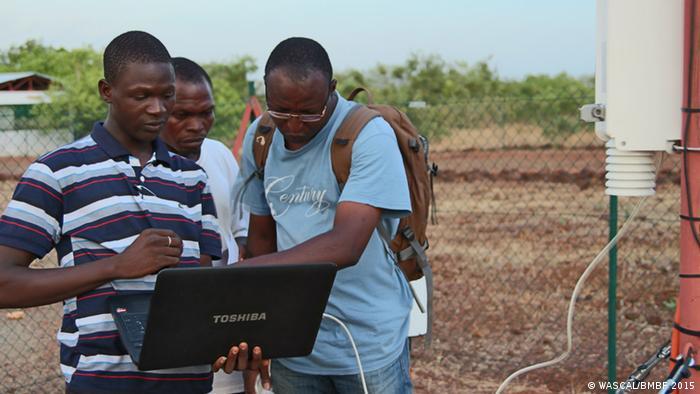 Drei afrikanische Klima-Experten mit Laptop (Foto: WASCAL/BMBF 2015)