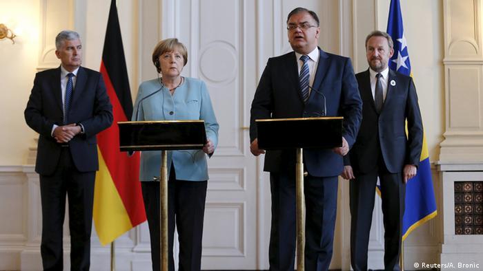 Kanzlerin Merkel in Sarajewo mit den Mitgliedern des bosnischen Präsidentenrats (Foto: Reuters/A. Bronic)