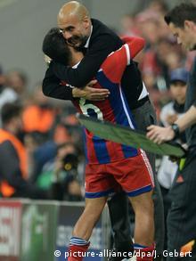 Thiago y Guardiola: antes abrazos, ahora acaloradas discusiones.