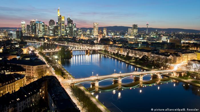 Pogled na Majnu i bankarsku četvrt u Frankfurtu noću