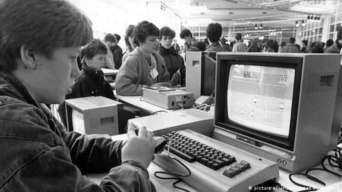 Дети играют на компьютерной ярмарке, 1985 год