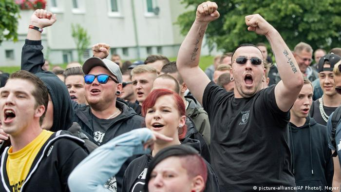 Rechte Proteste gegen das Flüchtlingslager in Freital (picture-alliance/AP Photo/J. Meyer)