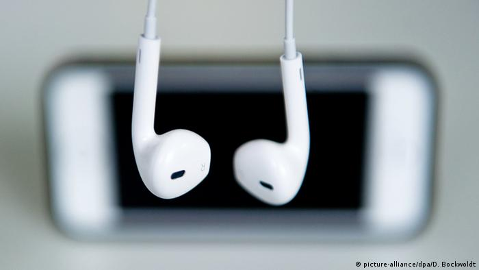 Mobile phone and headphones, Copyright: picture-alliance/dpa/D. Bockwoldt