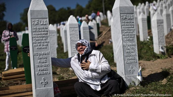 Zeremonie zum 20. Jahrestag des Massakers von Srebrenica in Potocari (Picture-Alliance/AP Photo/Marko Drobnjakovic)