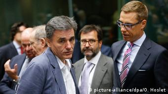 Greek Finance Minister Euclid Tsakalotos (L) and Finnish Finance Minister Alexander Stubb talk. (Photo: EPA/OLIVIER HOSLET)