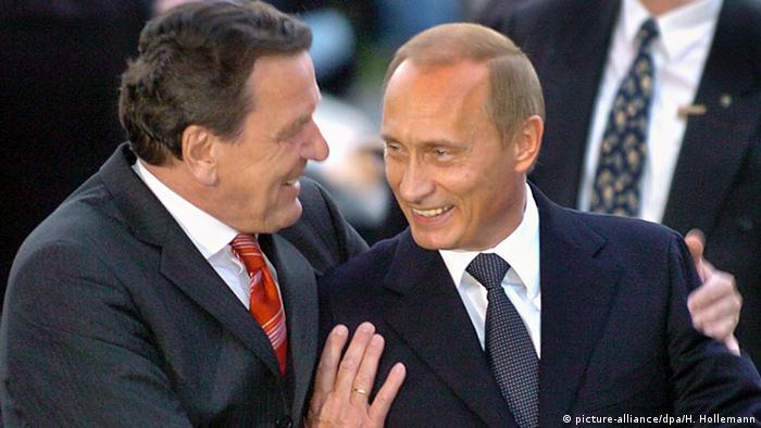 المستشار الألماني السابق غيرهارد شرودر مع الرئيس الروسي فلاديمير بوتين (أرشيف)