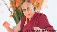 Der Dalai Lama spricht am 12.07.2015 im Kurpark in Wiesbaden (Hessen). Das geistliche Oberhaupt der Tibeter hält sich bis zum kommenden Dienstag in Hessen auf. Foto: Boris Roessler/dpa