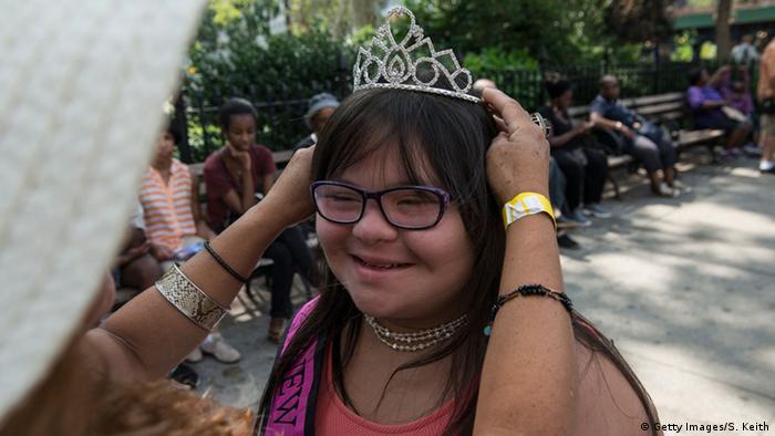 Roxanne Fernandez bekommt von ihrer Mutter für die Parade eine Krone aufgesetzt. (Foto: Getty Images)